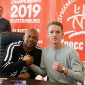 Boxer gave out hundreds of autographs. Photo: Pavel Elfimov